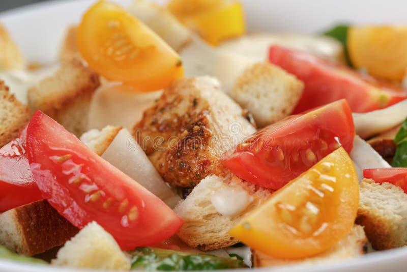 Download Caesar Sałatka Z Kurczaka Zbliżeniem Zdjęcie Stock - Obraz złożonej z oliwka, kulinarny: 57665996