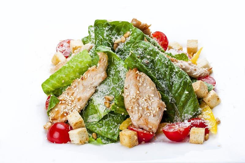 Caesar sałatka z kurczakiem na białym talerzu obraz stock