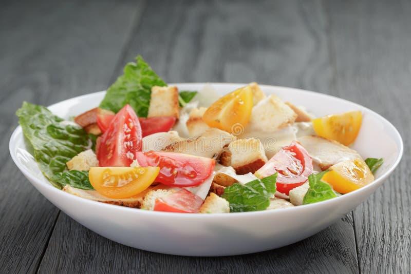 Download Caesar Sałatka Z Kurczakiem Na Dębowym Stole Zdjęcie Stock - Obraz złożonej z naczynie, lunch: 57665824