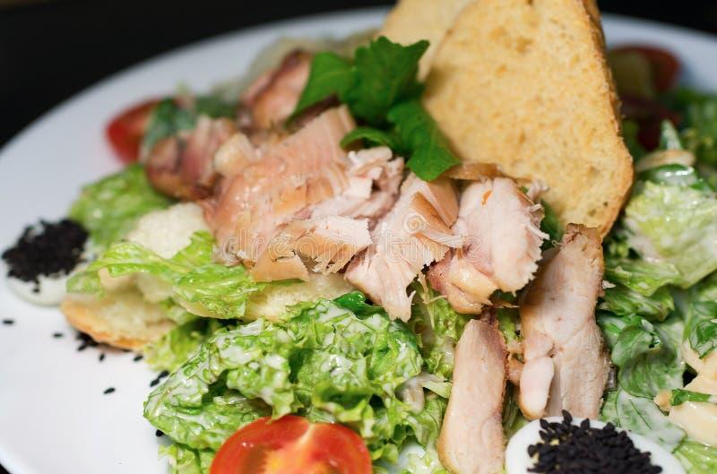 Caesar sałatkowego talerza wierzchołek na czarnym tle obraz stock