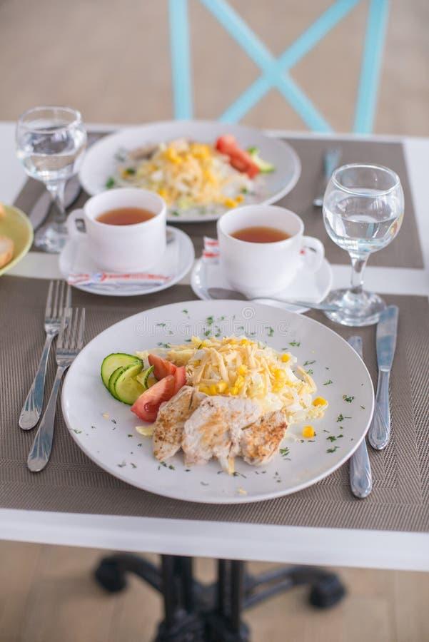 Caesar Salad avec des crevettes, poulet, croûtons, tomates, concombres photos stock