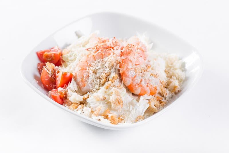 Caesar Salad avec les crevettes royales Comporte la feuille et les croûtons de salade 'Iceberg' préparés avec le parmesan Lumière images stock