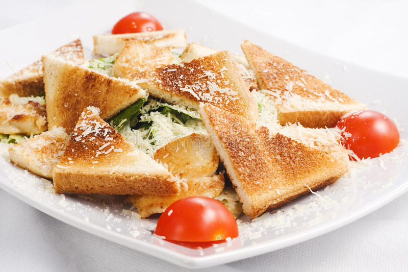 Caesar Salad avec les tomates et les pains grillés frais image libre de droits