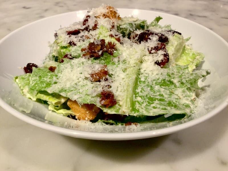 Caesar Salad classique Plat frais de salade Table de marbre photo stock