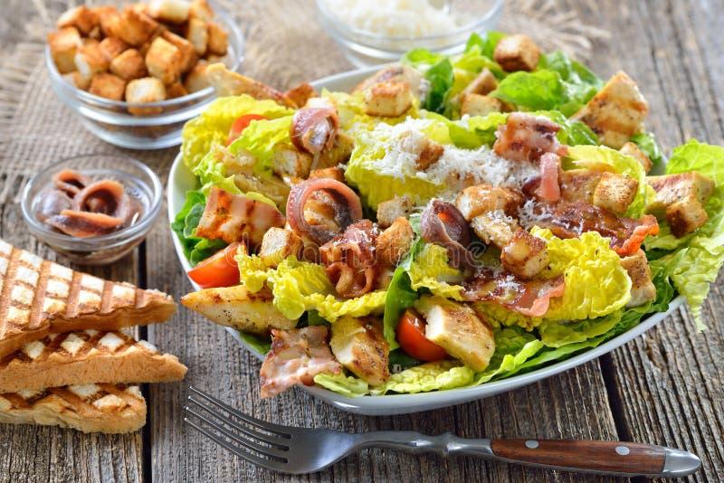 Caesar Salad con el pollo asado a la parrilla fotos de archivo