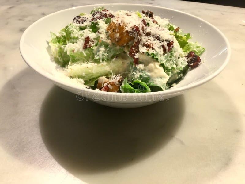 Caesar Salad gourmet Plat frais de salade classique photographie stock libre de droits