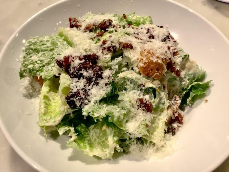 Caesar Salad gourmet Plat frais de salade Fin vers le haut images libres de droits
