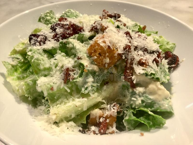 Caesar Salad gourmet Plat frais de salade Fin vers le haut image libre de droits