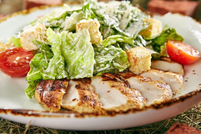 Caesar Salad med den skivade fega filén royaltyfria foton