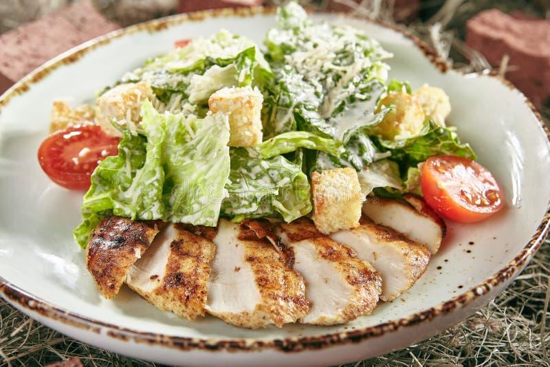 Caesar Salad med den skivade fega filén på lantliga Hay Background royaltyfria foton