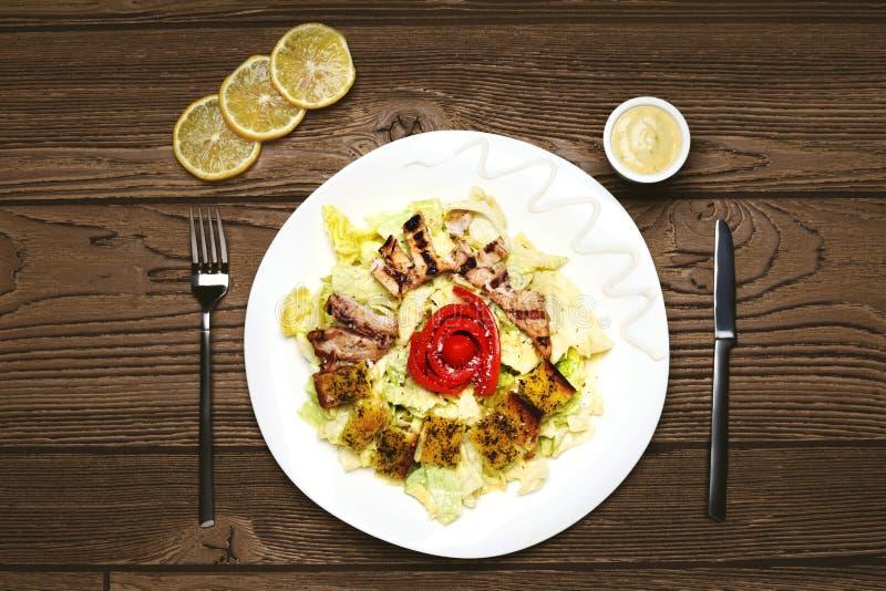 Caesar Salad met Geroosterde Kip stock afbeelding