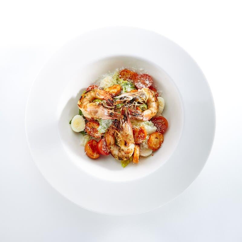 Caesar Salad met Tiger Shrimps Isolated royalty-vrije stock foto