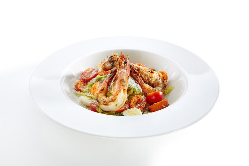 Caesar Salad met Tiger Shrimps Isolated stock afbeelding