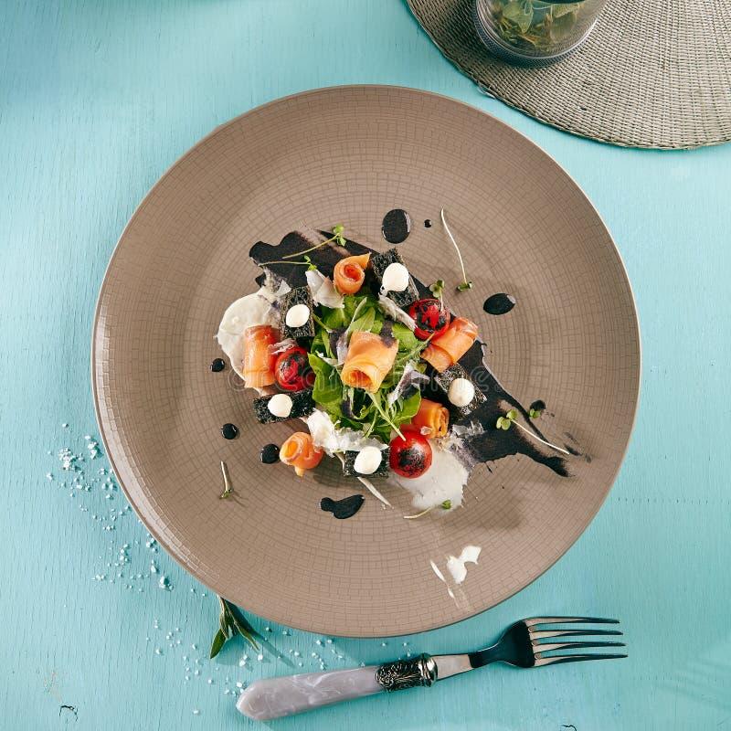 Caesar Salad noir avec les saumons fumés image stock
