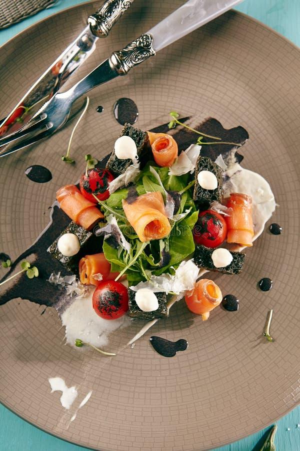 Caesar Salad noir avec les saumons fumés photographie stock libre de droits