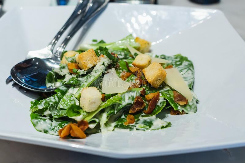 Caesar Salad p? tabellen royaltyfria foton