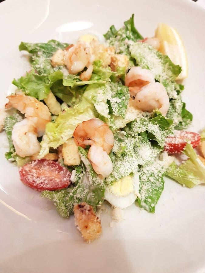 Caesar-Salat mit Garnelen stockfotografie