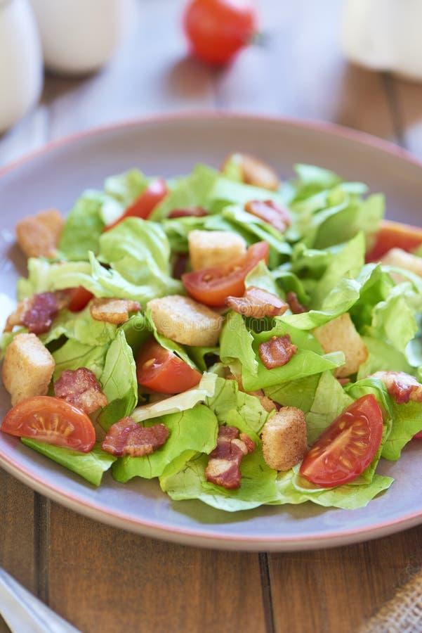 Caesar-Salat mit geräucherten Schinken- und Kirschtomaten stockbilder