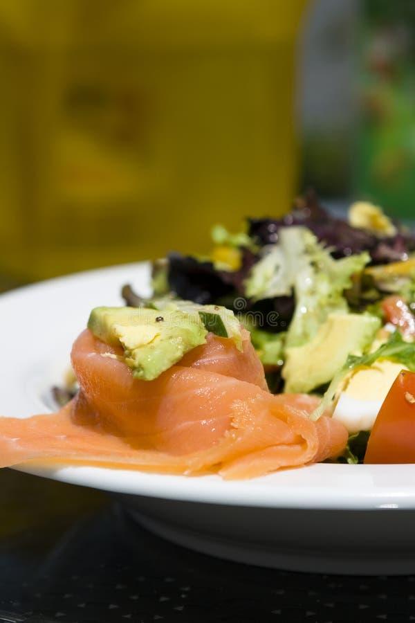Caesar-Salat mit Lachsen stockfotografie