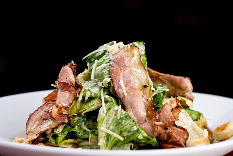 Caesar-Salat mit Speck lizenzfreie stockbilder