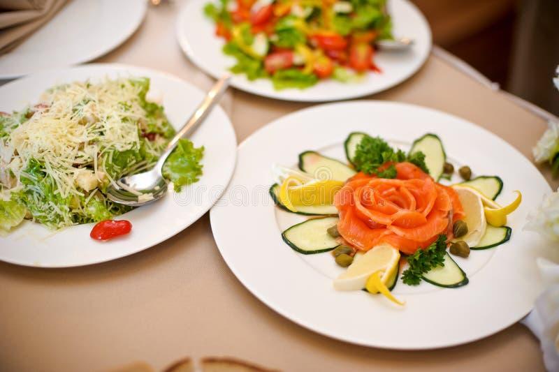 Caesar-Salat und gesalzene Fische stockbilder