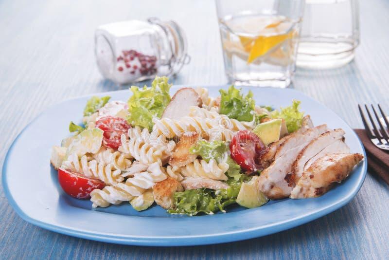 Caesar-Salatteigwarenavocadohühnerleisten-Tomatensauceabschluß oben stockbild