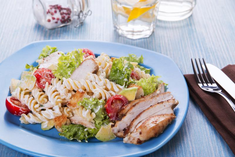 Caesar-Salatteigwarenavocadohühnerleisten-Tomatensauceabschluß oben lizenzfreie stockbilder