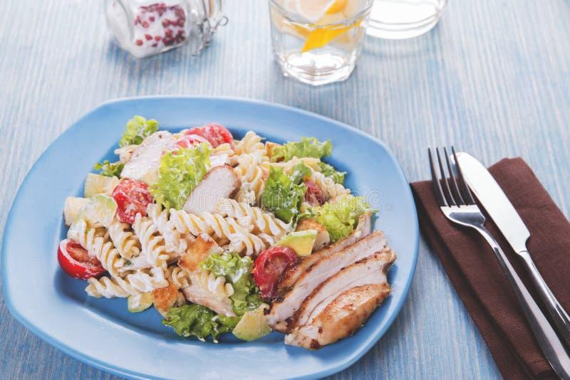 Caesar-Salatteigwarenavocadohühnerleisten-Tomatensauceabschluß oben stockfoto