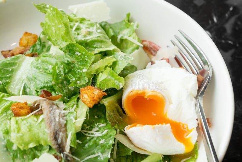 Caesar sallad med det mjuka kokta ägget royaltyfri foto