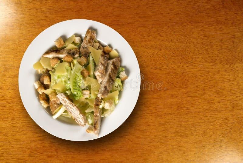 Caesar sallad med krutonger och grillad höna på trätabellen royaltyfri bild