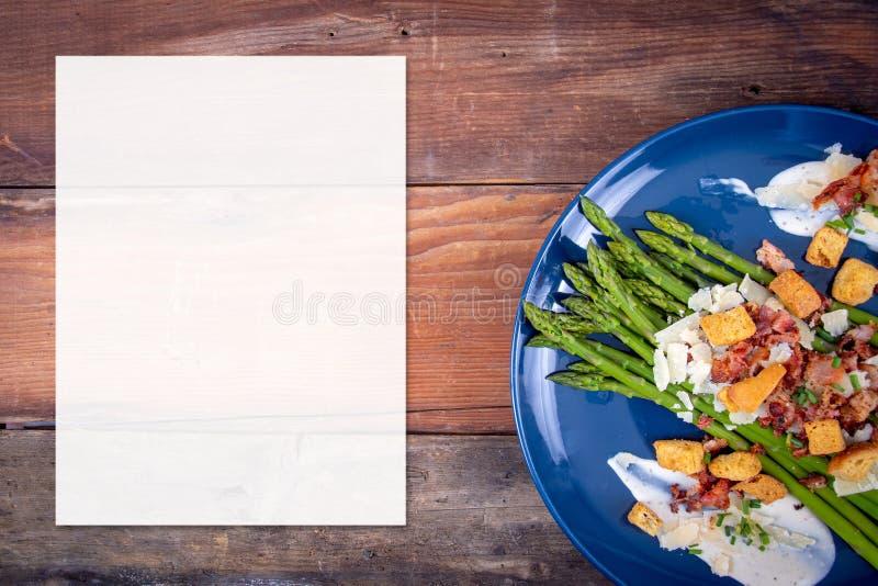 Caesarasperge met het gesneden bacon van de parmezaanse kaaskaas en schotel van de crouton de gastronomische keuken royalty-vrije stock fotografie