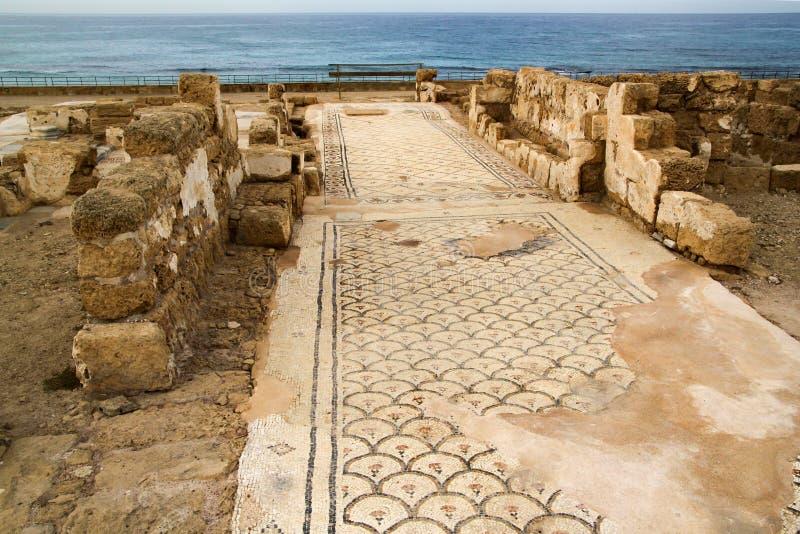 Caesarea, Израиль - 17-ое октября 2010: Редкая пестротканая старая римская мозаика отрытая на археологических раскопках Caesarea, стоковое изображение