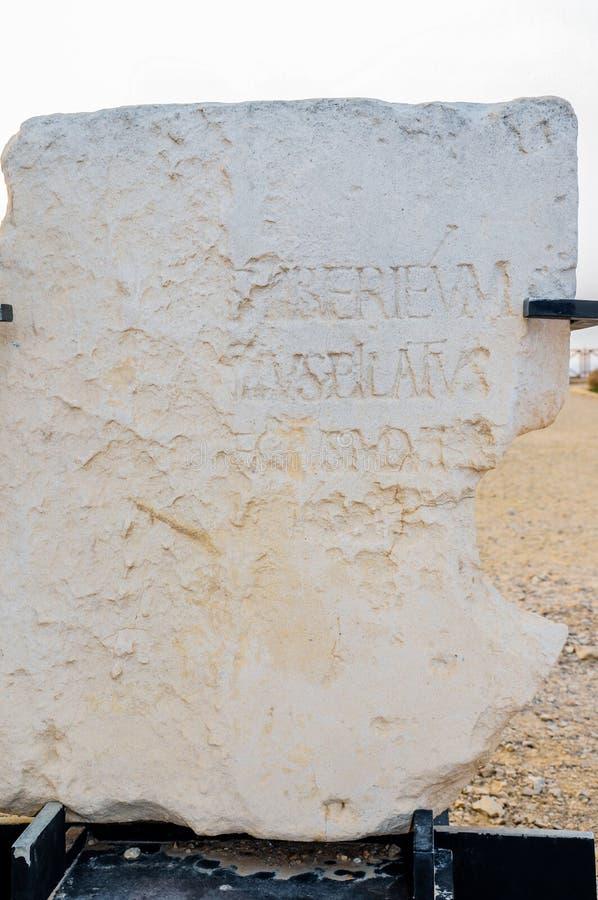 CAESAREA, ISRAEL - 9. MAI 2013: Steinmonument mit Erwähnung von Pontius Pilate nahe Herod-` s Palast in Caesarea Maritima lizenzfreie stockbilder