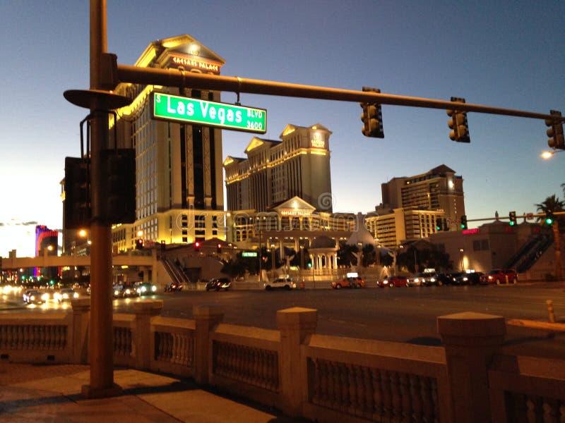 Caesars Palace τη νύχτα από το Las Vegas Strip στοκ εικόνα
