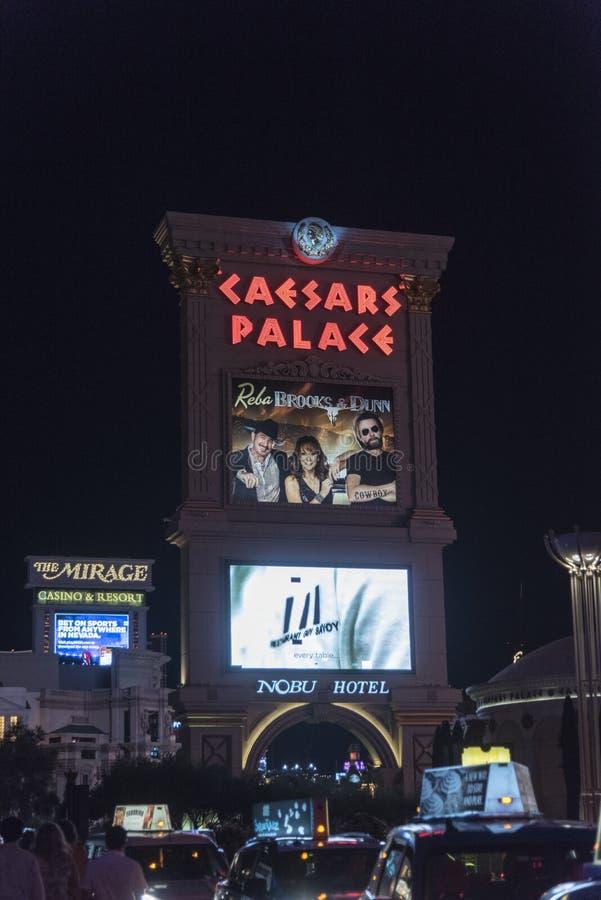 Caesars Palace, i segni di Nobu e di miraggio alla notte Las Vegas immagine stock