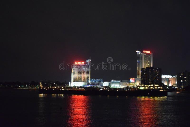 Caesars Palace Windsor Ontario på natten från Detroit Michigan royaltyfria foton