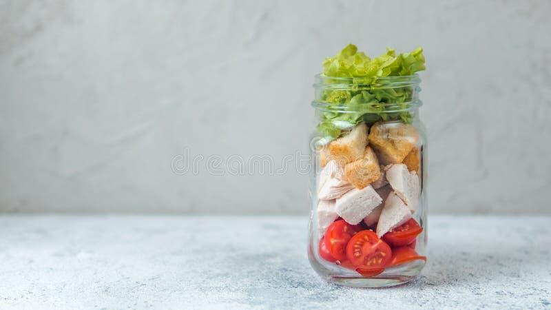 Caesarsalade in de kruik van de glasmetselaar, exemplaarruimte stock foto