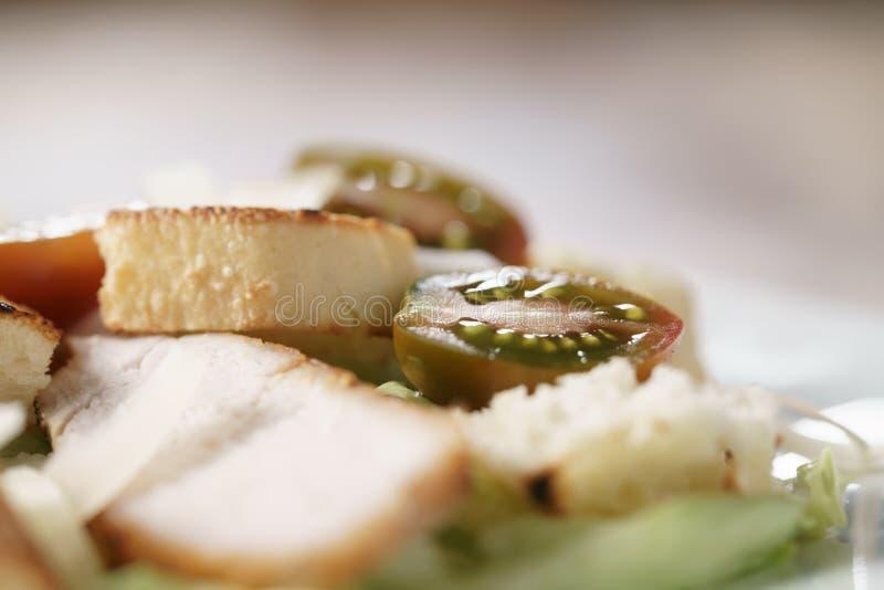Caesarsalade met hete de tomatenmacro van kersenkumato royalty-vrije stock fotografie