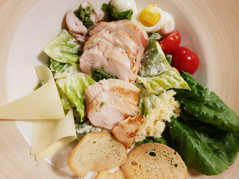 Caesarsalade met kip stock afbeelding