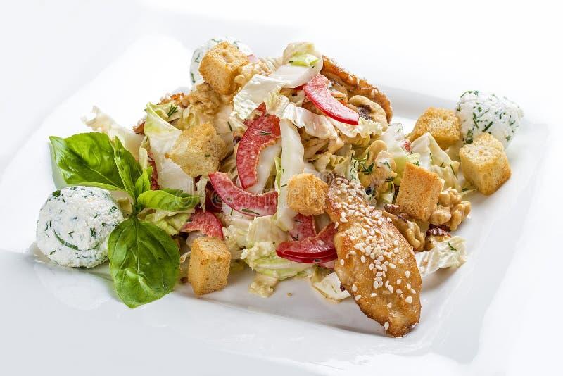 Caesarsalade met kip op een witte plaat stock afbeelding