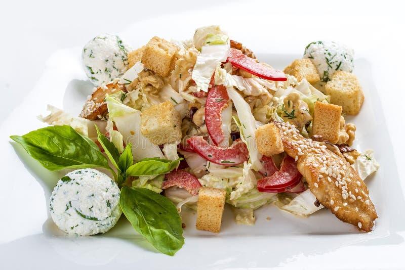 Caesarsalade met kip op een witte plaat stock foto's