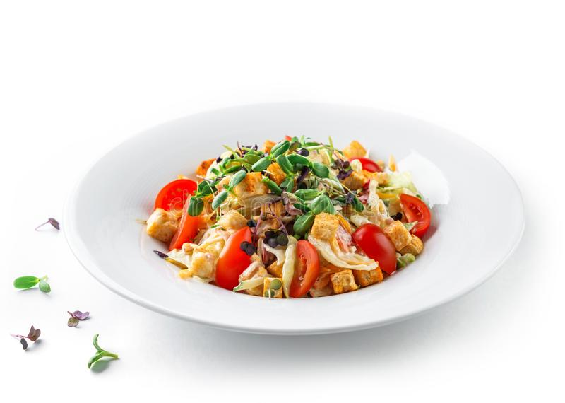Caesarsla met sla, tomaten, kiemgroenten, croutons en saus in plaat op geïsoleerde witte achtergrond. Gezonde voeding, vegetarië royalty-vrije stock afbeeldingen