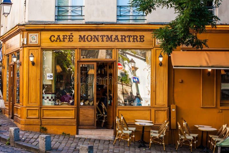 Café i Montmarte område, Paris, 2017 royaltyfria bilder