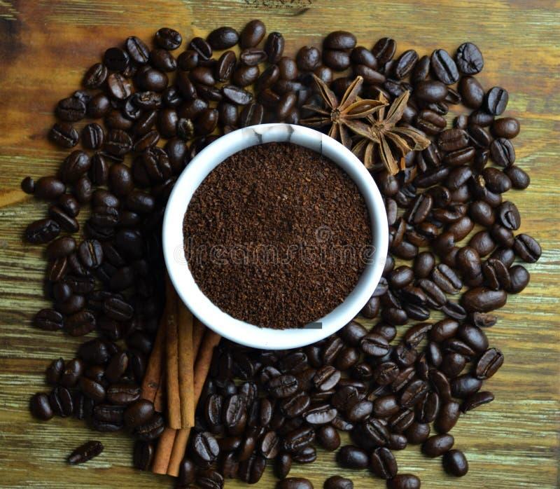 Cafè moulu dans la tasse blanche avec des grains de café à l'arrière-plan photo libre de droits