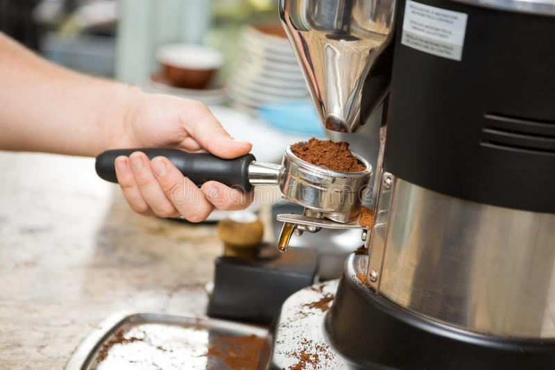 Cafè moulu de Holding Portafilter With de barman photo stock