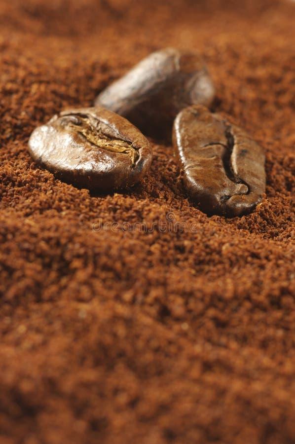 Cafè moulu et haricots photographie stock libre de droits