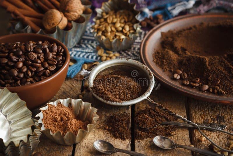 Cafè noir et vert rôti de grain de café et moulu dans le plat photo libre de droits