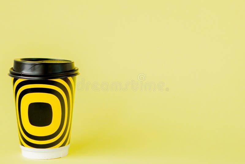 Café à emporter dans la tasse thermo sur un fond jaune, l'espace de copie photos libres de droits