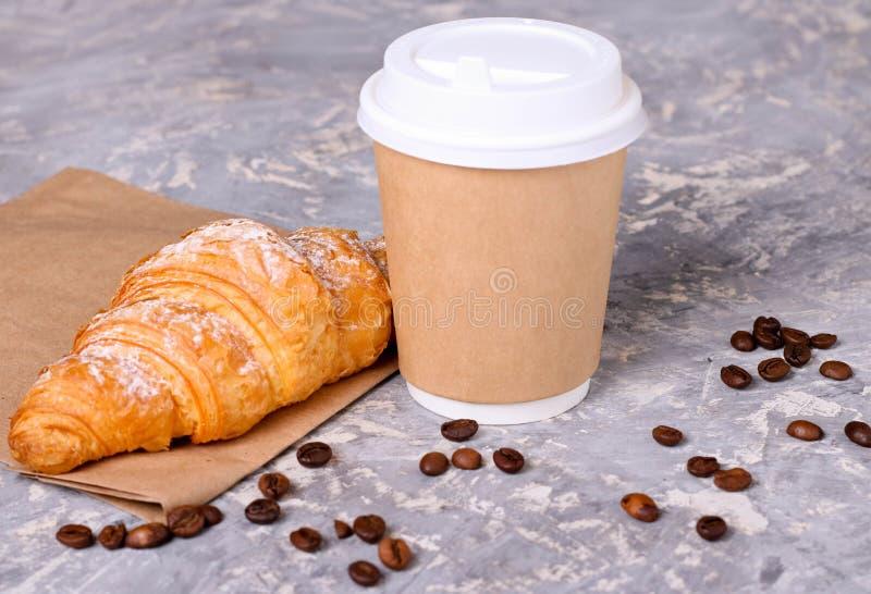 Café à entrer dans une tasse de papier avec des croissants images libres de droits