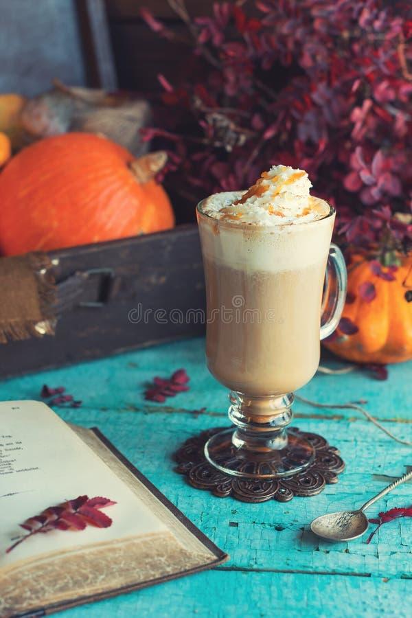Café épicé de potiron images libres de droits